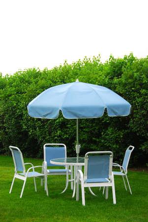 patio furniture: Mobilia del patio su prato Archivio Fotografico