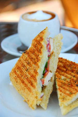 sandwich de pollo: S�ndwich de pollo asado y una taza de caf�  Foto de archivo