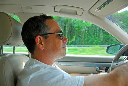 hombre conduciendo: El hombre que conduc�a un coche  Foto de archivo