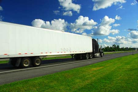 Snel bewegende vrachtwagen op de snelweg, wazig vanwege beweging