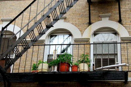 huir: Fragmento de una casa de ladrillo en Boston hist�rico North End, metal Fire Escape