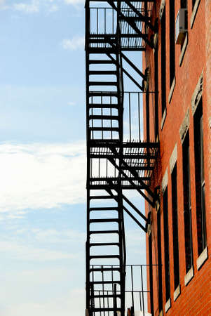 huir: Escalera de incendio en viejo edificio de ladrillo en Boston  Foto de archivo
