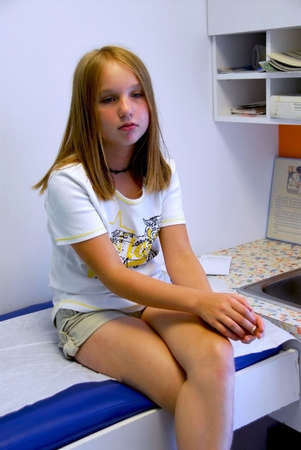 Young girl waiting in doctor's office Stockfoto