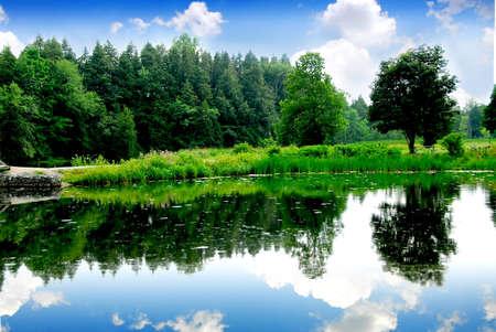 Paisaje del río con la reflexión del cielo en agua Foto de archivo