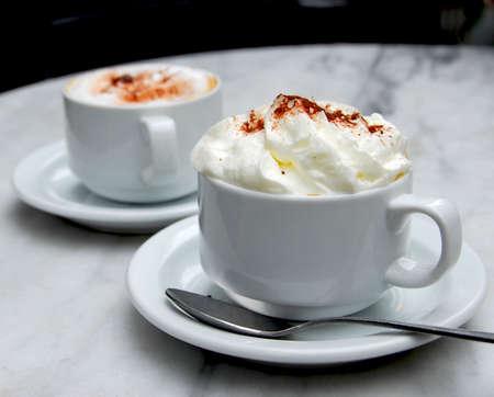 specialit�: Due coppe di specialit� di caff� su un tavolo