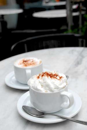 specialit�: Due coppe di specialit� di caff� su un tavolo in un caf�