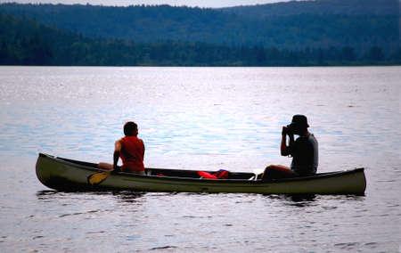 foto: Paar in een kano op een meer Stockfoto