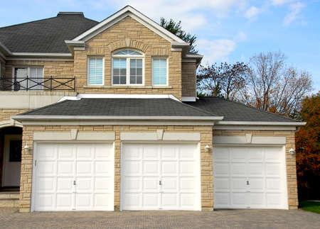 welcome door: Nuova staccati sola famiglia di lusso a casa con facciata in pietra e triple garage