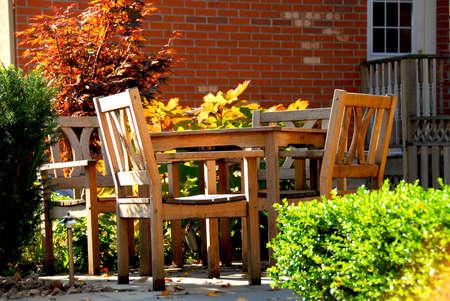 patio furniture: Casa patio patio con mobili in legno naturale