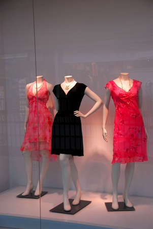 Store window with dressed mannequins in shopping mall Foto de archivo