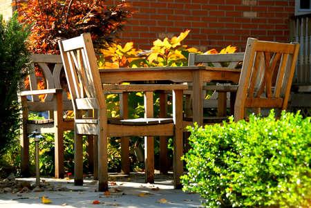 patio furniture: Patio della Camera con la mobilia di legno naturale del patio Archivio Fotografico