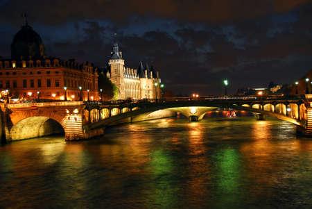 Ponti sul Senna e Conciege in notturna Parigi Francia