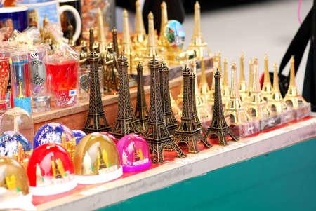 Souvenir torre Eiffel di Parigi per la vendita in Francia Archivio Fotografico - 599493