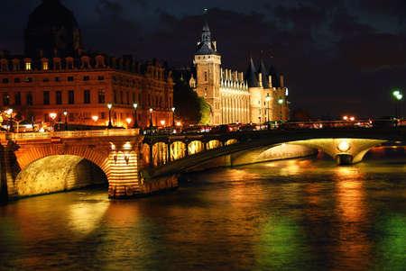Ponti sulla Senna e Conciege e notturno Parigi Francia