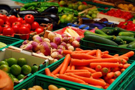 campesino: Una variedad de hortalizas frescas en las casillas en los mercados del agricultor