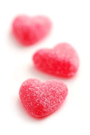 snoepjes: Kandijsuiker Valentine's harten geïsoleerd op witte achtergrond