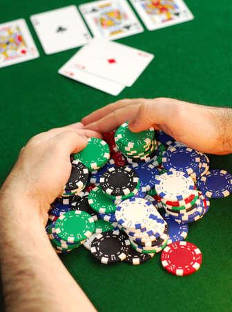 cartas de poker: Jugador del p�ker que rastrilla una pila grande de virutas Foto de archivo
