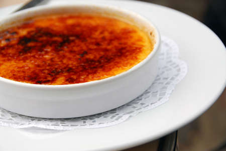 crème: Un piatto di deliziosi dessert cr�me brul�e Archivio Fotografico