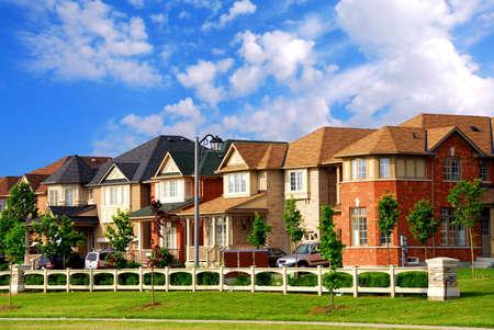 교외 이웃에 새로운 주거 집들이 행 스톡 콘텐츠