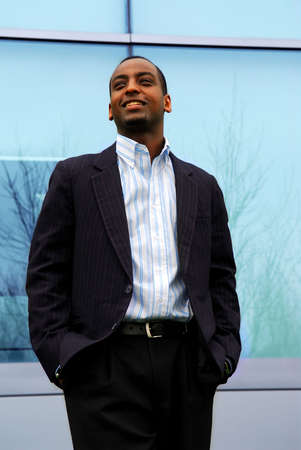 edificio corporativo: Retrato de un hombre de negocios atractivo joven al lado de un edificio corporativo