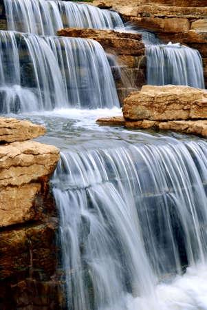 Mooie trapsgewijze waterval over de natuurlijke rotsen, landschapsarchitectuur element