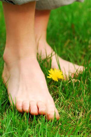 pieds nus femme: De pr�s sur les jeunes filles pieds nus dans l'herbe verte