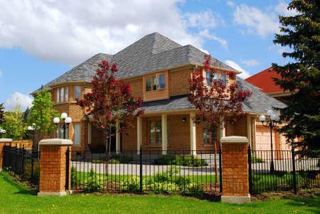 Grande maison d'habitation de luxe avec clôture de fer  Banque d'images - 948728