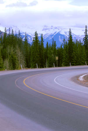 Turn of an empty mountain road in winter Stock Photo - 955005