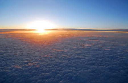 sol naciente: Espectacular vista de la puesta del sol sobre las nubes desde la ventana de avi�n