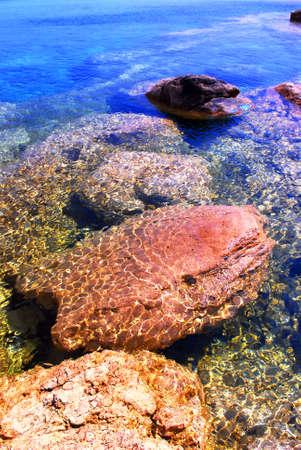 invitando: Antecedentes de las rocas bajo el agua clara se invita a
