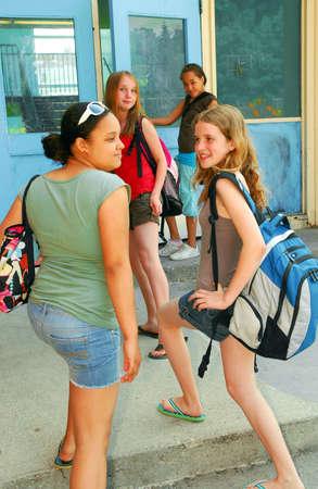 ni�os saliendo de la escuela: Grupo de muchachas j�venes que van de nuevo a escuela Foto de archivo