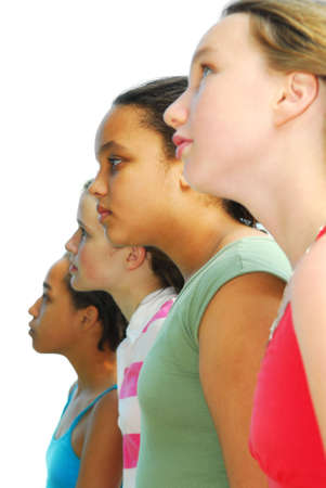 optimismo: Perfil retrato de cuatro adolescentes que buscan en el futuro con optimismo