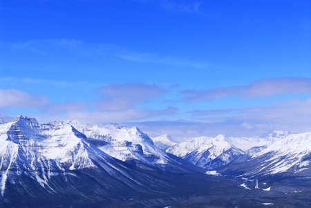 ridges: Creste innevate di montagna a Lake Louise in Montagne Rocciose canadesi