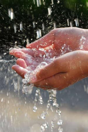 gotas de agua: Ca�da de la captura de las manos limpias de agua cerca. Concepto de medio ambiente.