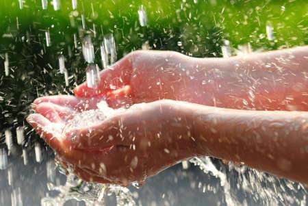 gevangen: Handen schoon vangen vallende water close up. Milieu-concept.