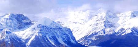 ridges: Nevoso in montagna creste Rocciose canadesi, vista panoramica  Archivio Fotografico