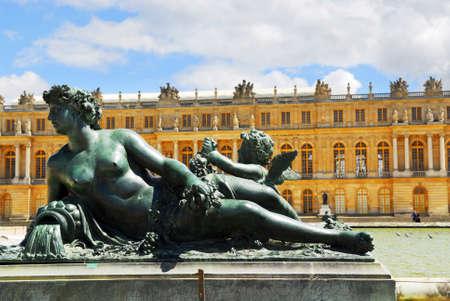 sculpted: Bronzen beeld met koninklijk paleis op de achtergrond in Versailles, Frankrijk.