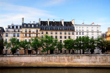 フランス、パリのセーヌ川の銀行の家の行 写真素材