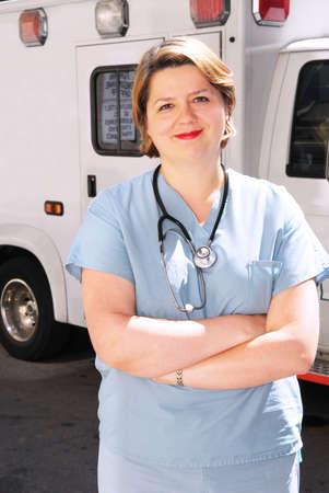ambulancia: Mujer m�dico o param�dico en frente de una ambulancia