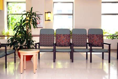 빈 의자가있는 병원이나 클리닉의 대기실 스톡 콘텐츠