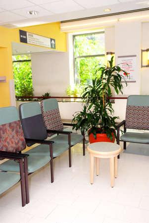 Wachtkamer in een ziekenhuis of kliniek met lege stoelen Stockfoto
