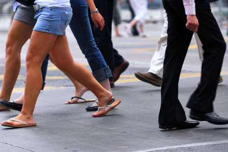 도심의 바쁜 거리를 걷고있는 사람들 스톡 콘텐츠