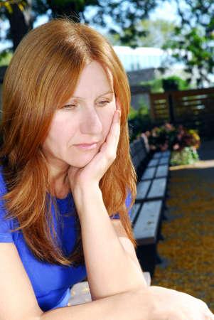 성숙한여 인 슬픈 우울 찾고 혼자 공원 벤치에 앉아