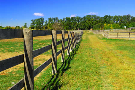 Wooden farm fence and road in rural Ontario, Canada. Imagens