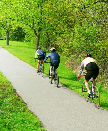 Groep vrienden fietsen in een zomers park