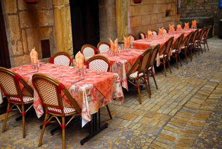 Outdoor restaurant patio on medieval street of Sarlat, Dordogne region, France Banco de Imagens