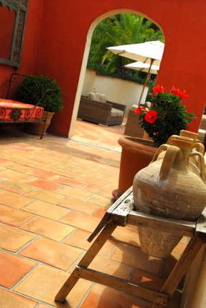 greek pot: Cortile della villa mediterranea a Costa Azzurra. Superficiale profondit� di depositata, concentrarsi su anfore.