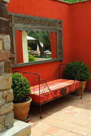greek pot: Cortile della villa mediterranea a Costa Azzurra  Archivio Fotografico