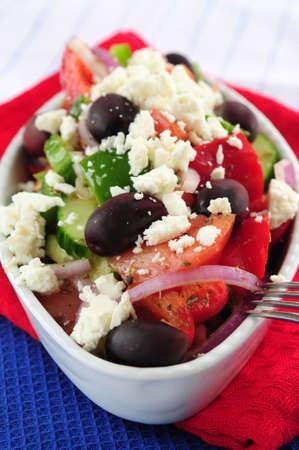 Insalata greca con formaggio feta e olive nere Kalamata  Archivio Fotografico - 2668189