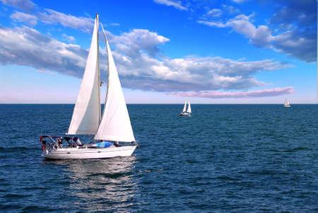 青い曇り空の朝にセーリング ヨット 写真素材